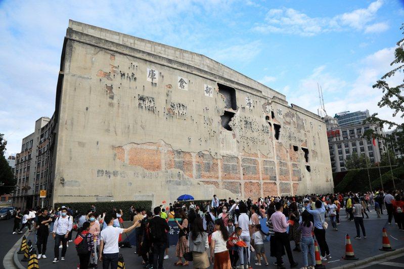 十一黃金周各地旅遊景點人潮滿滿,圖為民眾在上海四行倉庫抗戰紀念地參觀。(中新社)