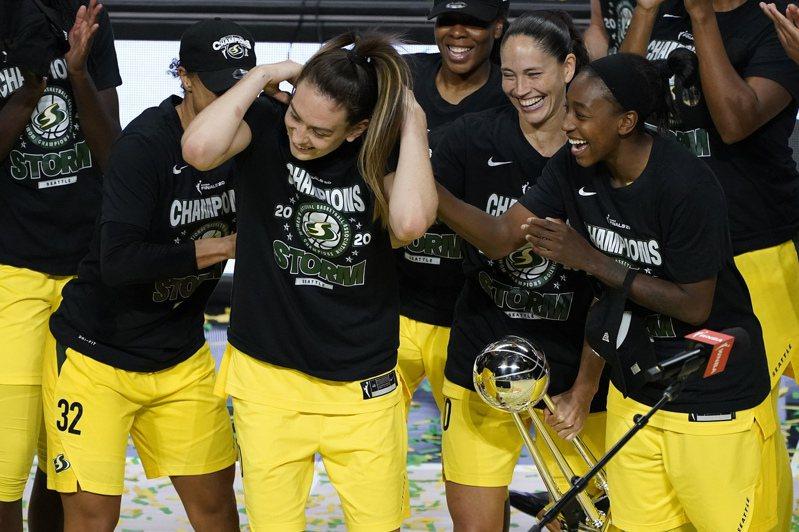 西雅圖風暴在WNBA封后,全隊慶祝。 美聯社