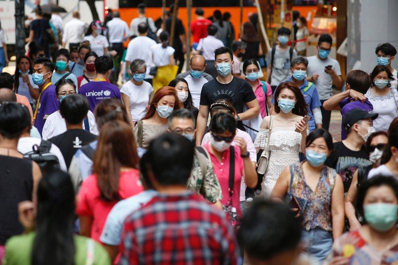 近一周來,香港累計有八宗涉覆蓋各階段學校確診個案,有家長擔心學校不停課或成爆疫重災區。圖/路透社