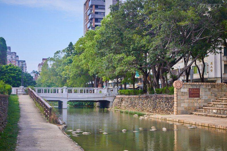 護城河親水公園已是新竹市內知名景點之一,藉由草地流水交織的設計讓人親近自然。
