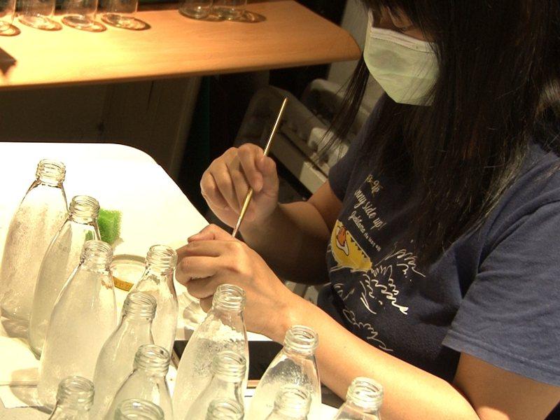 瑞芳區公所在十月推出黃金山城小旅行,當中包含手作瓶燈與芋圓DIY等體驗,適合一家大小前來感受瑞芳的礦村趣味。 圖/觀天下有線電視提供