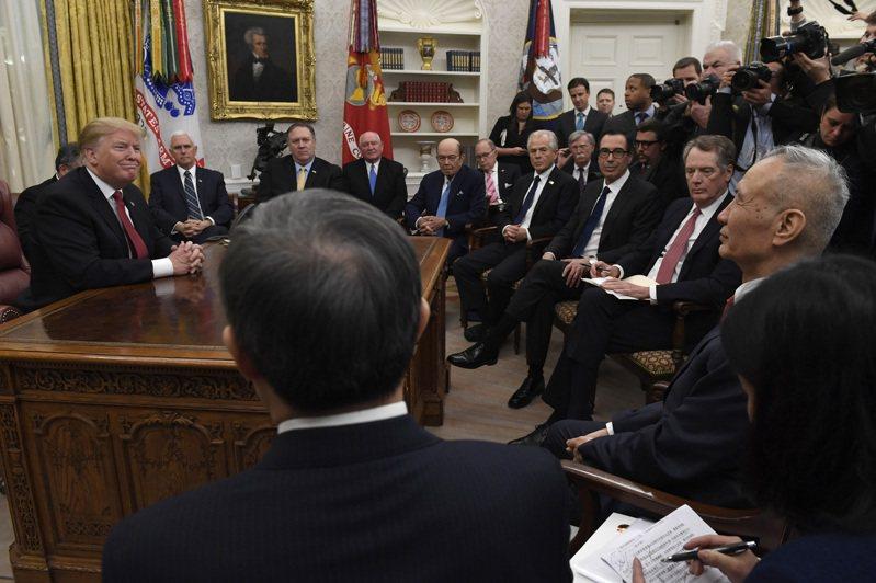 美國白宮並非典型政府辦公大樓,即使是著名的橢圓辦公室也容不下多少人。圖為川普(左)去年一月和中國大陸副總理劉鶴會面。 美聯社