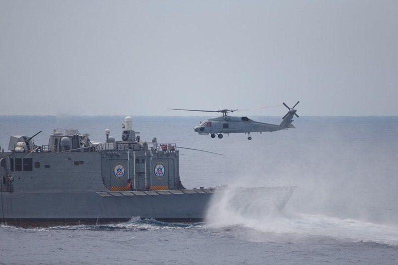 海軍艦隊執行「戰備任務訓練」,S-70C反潛直升機自銘傳軍艦起飛。圖/軍聞社