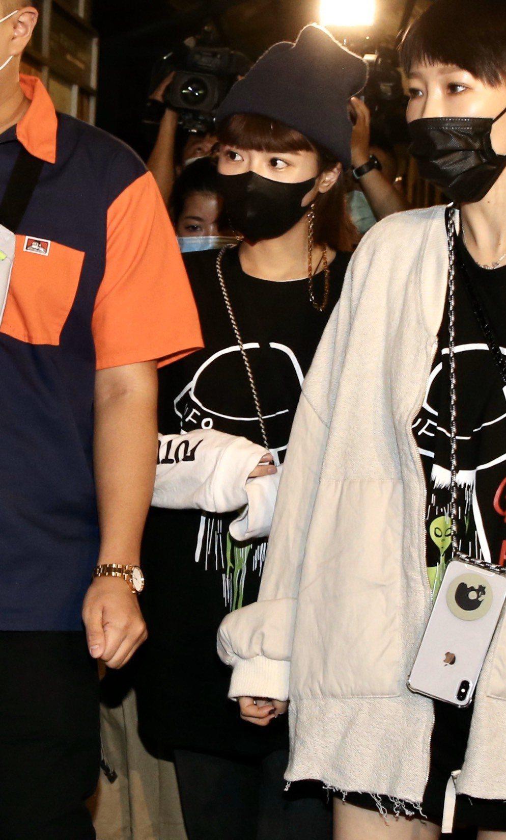 峮峮(中)昨在友人陪同下現身追思音樂會。記者林俊良/攝影