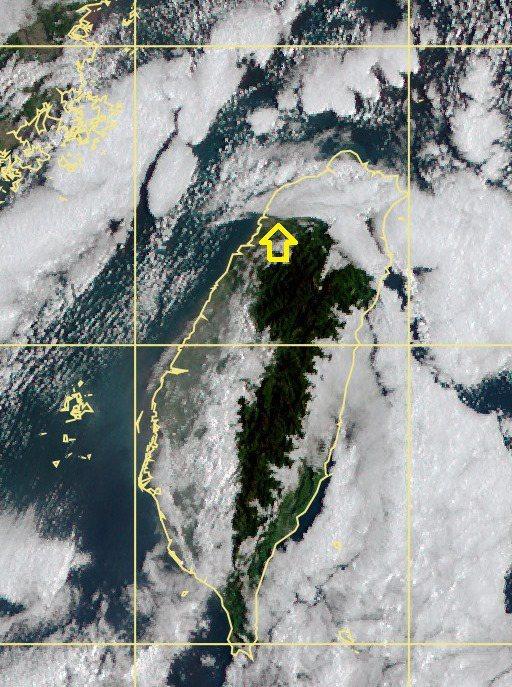 大約在新竹附近可以看到整齊的層雲邊界。圖/取自鄭明典臉書