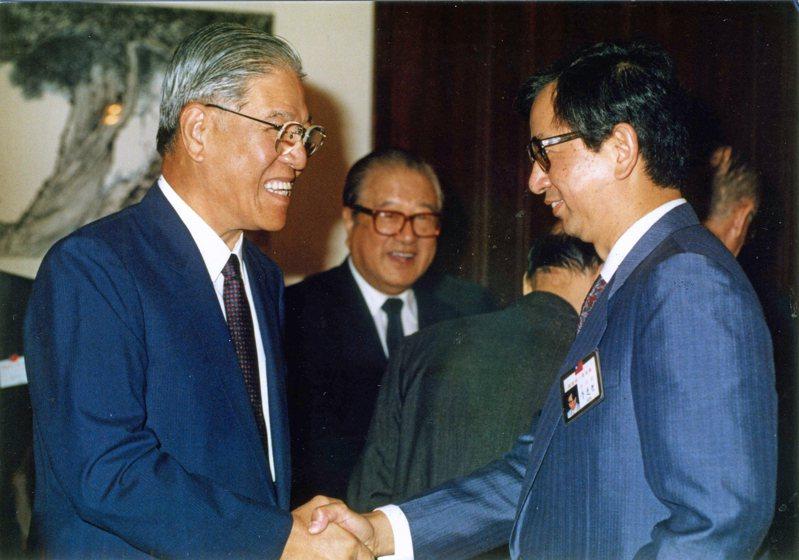 1990年10月7日,李登輝總統(左)在國家統一委員會成立大會中,特別感謝諾貝爾獎得主李遠哲(右)百忙之中,遠道回國參加國統會。圖/聯合報系資料照片