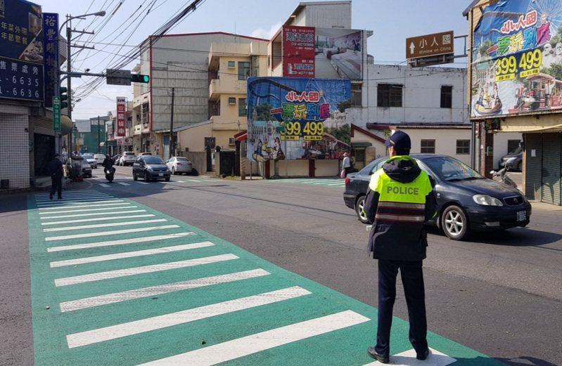 龍潭警分局雙十連假在來往小人國、六福村主題樂園的路段有交管。記者鄭國樑/翻攝