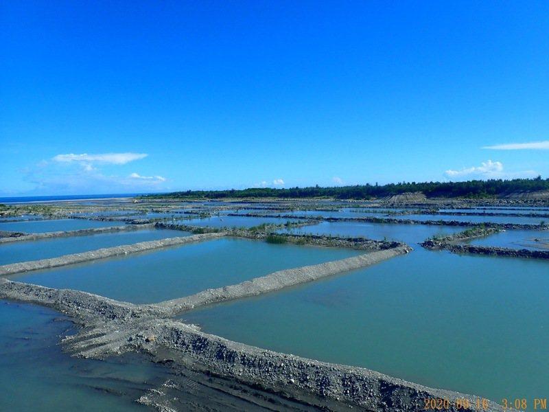 台東縣環保局於中華大橋上下游河床完成修復與新施作水覆蓋設施,供水濕潤河床,降低揚塵引起風飛沙(懸浮微粒PM10)影響空品。圖/台東縣政府提供
