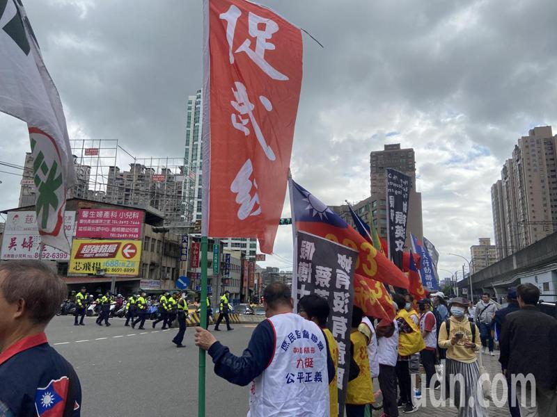 現場民眾聚集舞旗,高喊「中華民國萬歲」。記者柯毓庭/攝影