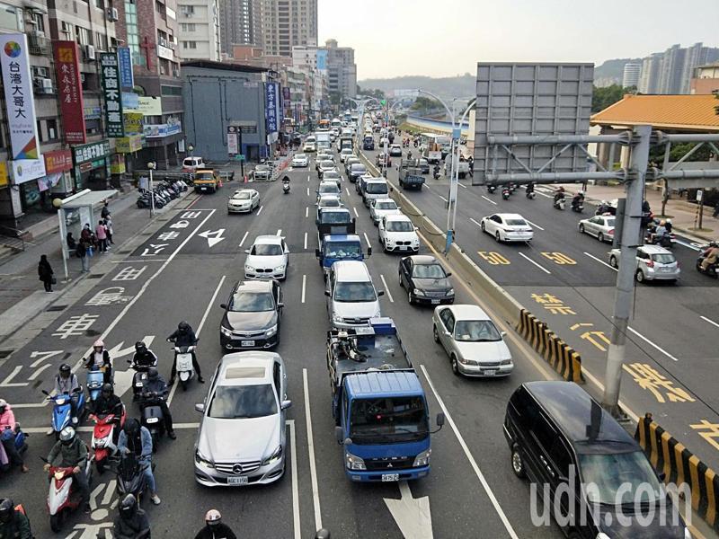 新北市淡水往返台北市的車流量平日就相當大,上下班尖峰時候車流更是驚人。記者施鴻基/攝影