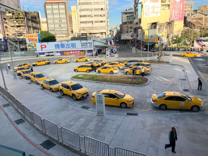 台中市政府提供計程車司機及子女獎助學金,擇優12名,最高一萬元。圖/台中市交通局提供