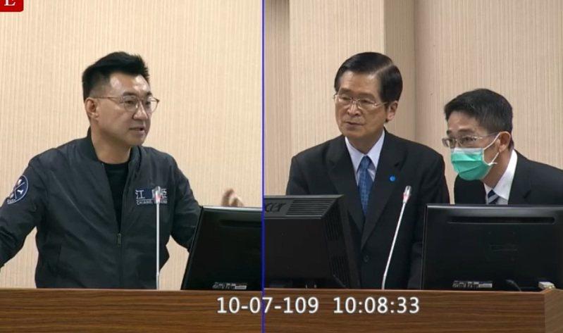 國民黨立委江啟臣(左)關切海空軍西南空或域操演傳有實彈,是否有擦槍走火的狀況。圖/取自立法院直播畫面