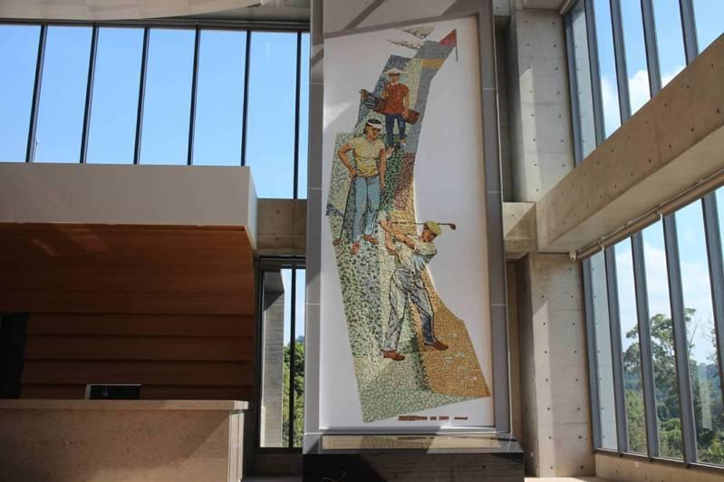 顏水龍精心製作馬賽克鑲崁藝術壁畫「高爾夫揮桿圖」,作品高720公分、寬240公分。圖/民眾提供