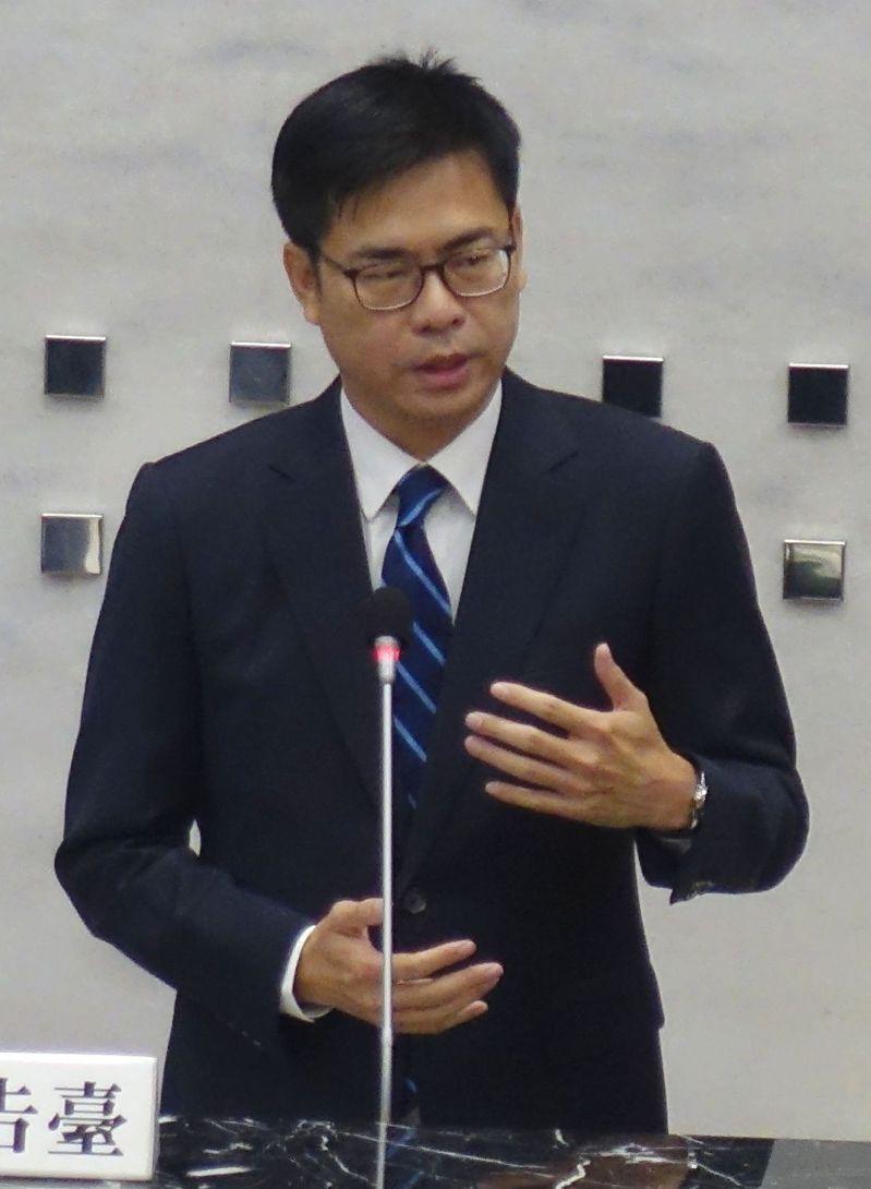 高雄市長陳其邁今天表示,高雄岡山路竹延伸線、小港林園線都會力拚111年動工。記者楊濡嘉/攝影