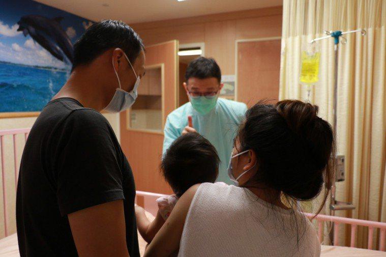 台中慈濟醫院小兒科醫師余孟恭向女嬰父母說明水痘病毒感情形。圖/台中慈濟醫院提供