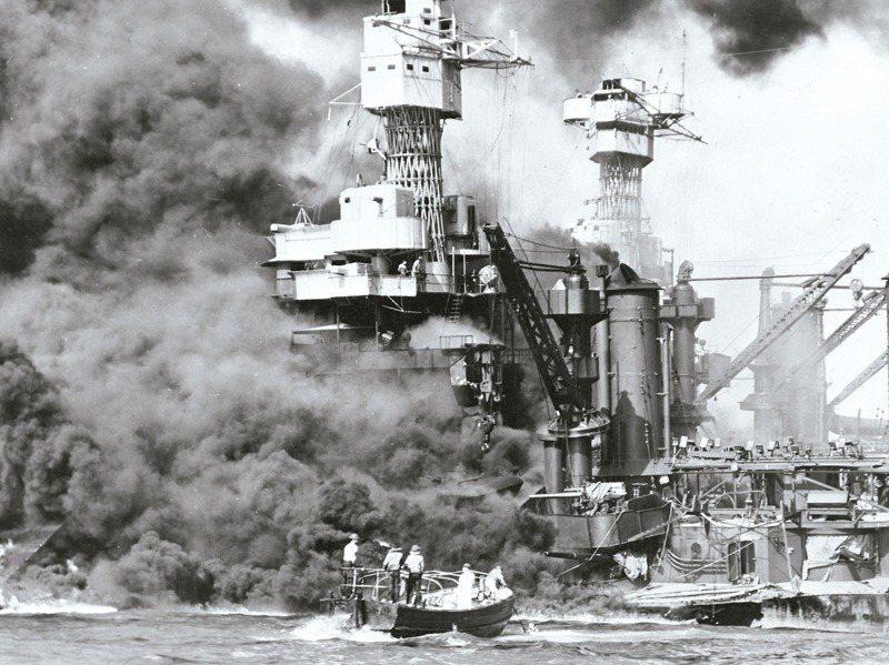 日本偷襲珍珠港事變,美軍西維吉尼亞號戰艦遭日軍重創,一艘小艇正在營救艦上水兵。美聯社