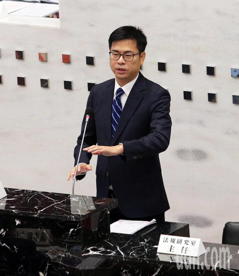 高雄市長陳其邁向議會報告施政,講逾1小時欲罷不能。記者劉學聖/攝影
