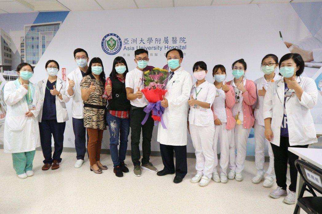 患者接受脊髓電刺激療法後終於能一覺到天亮,上午到亞洲大學附屬醫院向為他進行手術的...