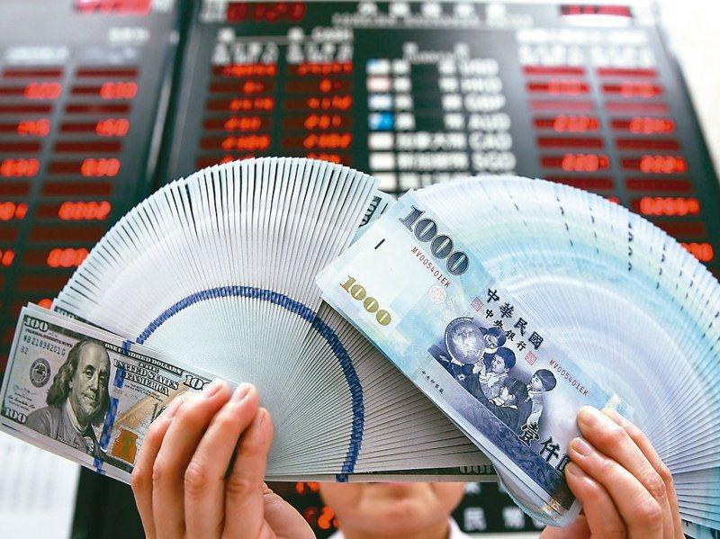 新台幣兌美元昨升破29元整數大關,專家說,未來三個月仍將面對經濟前景不確定性及美國總統大選等風險,建議可以多元持有外幣,不必單押美元。圖/聯合報系資料照片