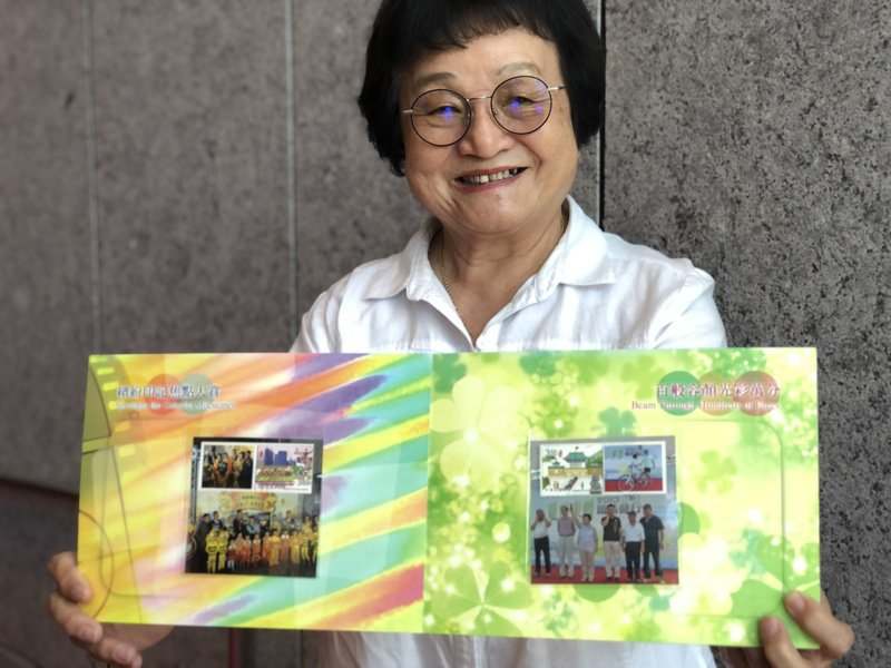台中市議員張瀞分出示朋友送的老照片郵冊。記者陳秋雲/攝影