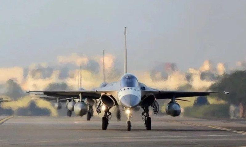 國防部長嚴德發上午證實,因應共軍機艦持續侵擾我西南空域,澎湖IDF戰機天駒部隊,已改變成全年進駐。圖/空軍司令部