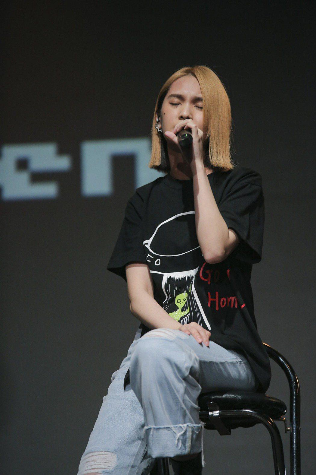 楊丞琳在追思音樂會上真情獻唱。圖/滾石提供