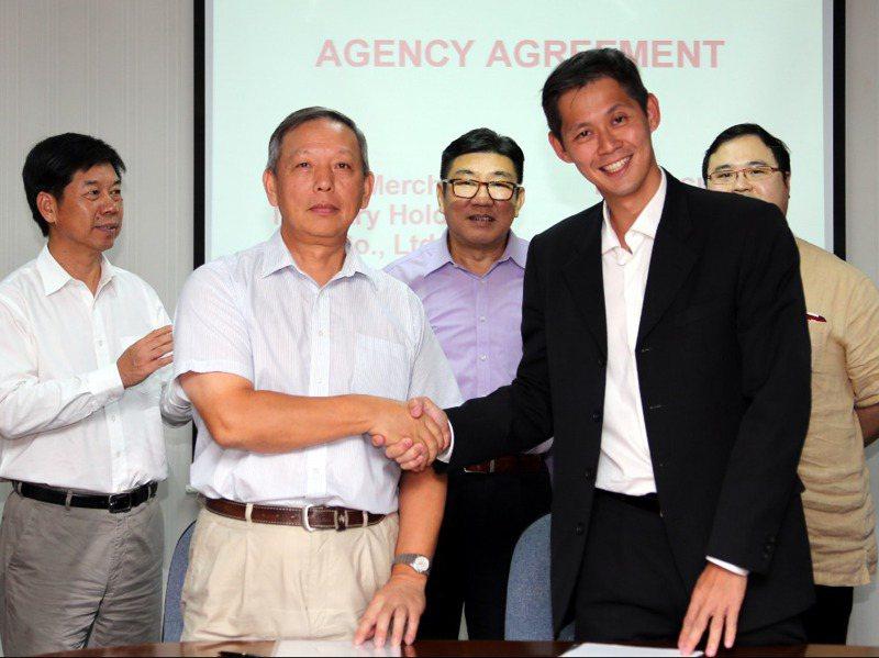 吳仁軒(前右)2013 年與香港招商局簽署協議,協議涉及半潛式鑽井平臺的建造、升級改造及維修等業務。新華社