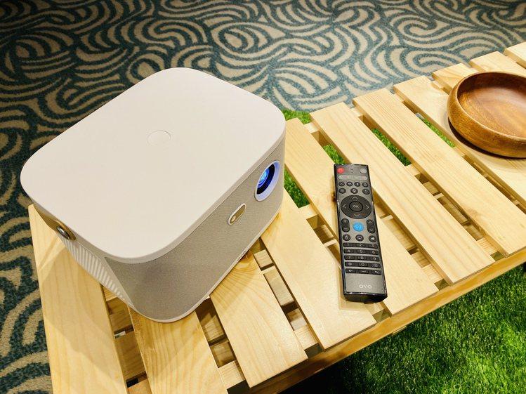 OVO無框電視K1搭配語音遙控器,遙控、搜尋更直覺方便。記者黃筱晴/攝影