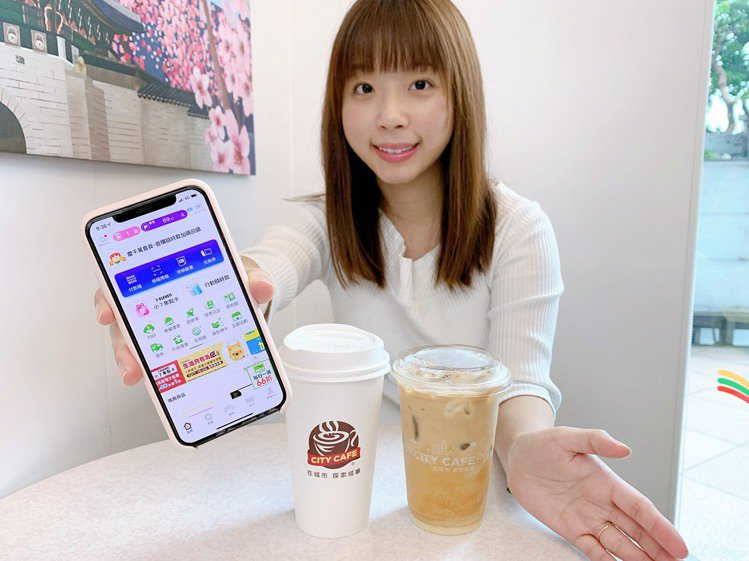 7-ELEVEN提供CITY系列飲品冰、熱飲互換兌領服務,包括CITY CAFE...