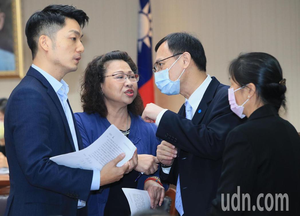 立委蔣萬安(左)今天在衛環委員會臨時提案禁止0-2歲托育嬰幼兒吃含瘦肉精的食品,...