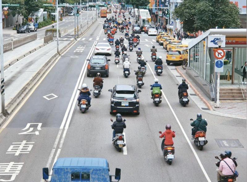 台灣汽機車眾多,一到上下班的尖峰時刻經常塞車,交通亂象難止。本報資料照片