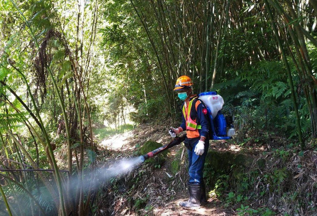新北市環保局在雨後將會再進入山區噴藥清消。圖/環保局提供