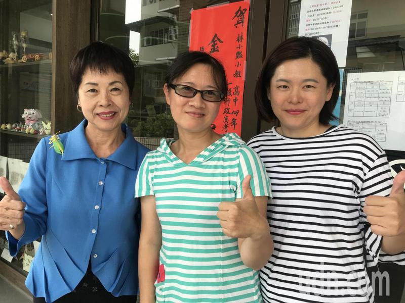 彰化縣42歲家庭主婦林小艷(中)今年考上高考,田中鎮長洪麗娜(左 )今天特別到圖書館向她道賀。記者林宛諭/攝影