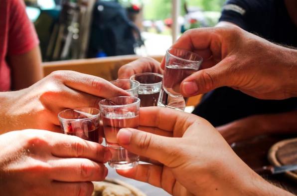 大陸已經有許多地方規定,公務員即使下班後也不能飲酒。(澎湃新聞網)