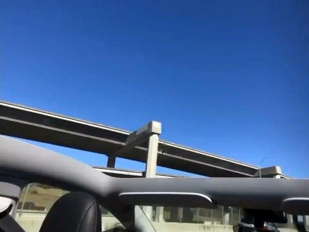 美國加州錢姓一家人4日開著領到全新的特斯拉Model Y電動休旅車回家,但玻璃車...