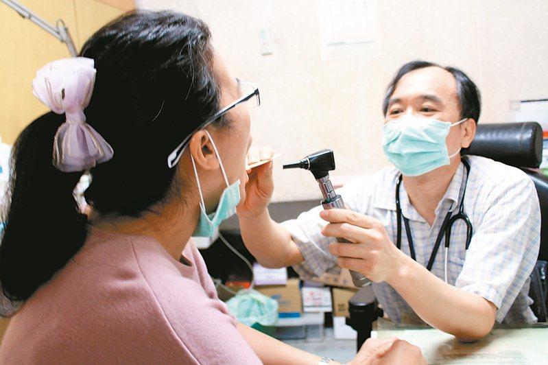 基層醫界近來提出「該讓流感快篩試劑退役」的主張,越來越多臨床醫師減少做快篩,改為直接開立抗病毒藥劑給疑似患者服用。此為看診示意圖,照片中人物與新聞事件無關。圖/聯合報系資料照片