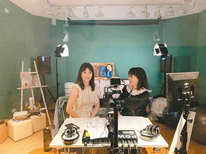 今年上半年台灣Podcast節目大爆發,目前已有上千檔節目,讓台灣創作者趨之若鶩,競相投入播客行列,圖為播客之一的Melody(左)錄製的情景,右為受訪來賓王貞妮。圖/Melody提供