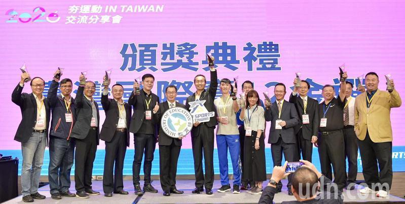 「臺灣國際賽12金選」得獎單位與體育署長張少熙合影。圖/體育署提供