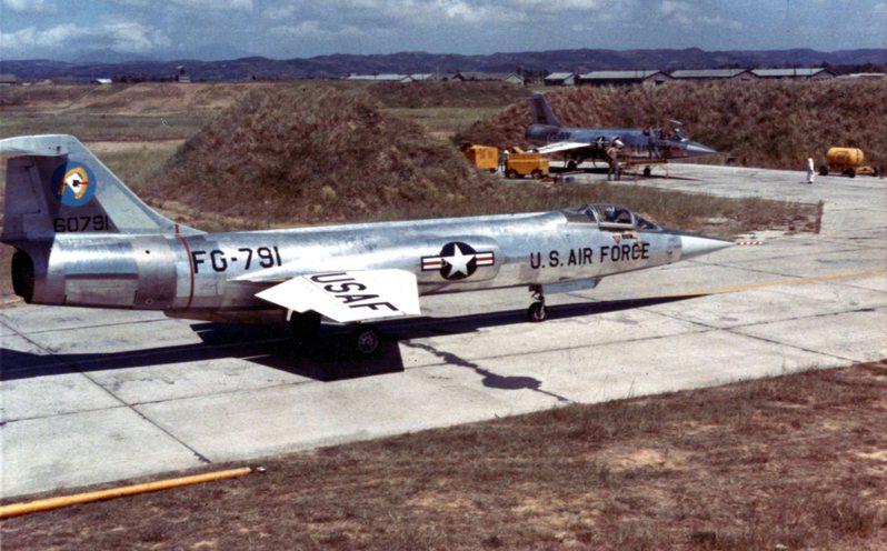 1958年台海危機期間,緊急進駐桃園基地的美軍F-104A星式戰鬥機。圖/美國空軍檔案照