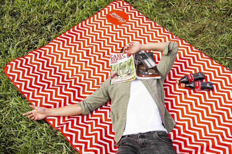 設計感十足的「超萬用防水墊」引領城市戶外新潮流,玩出全新的生活態度。圖/可口可樂...