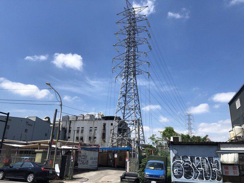 台電將斥資9億5400萬,地下化新莊、樹林周邊94座電塔、電桿。記者張睿廷/攝影