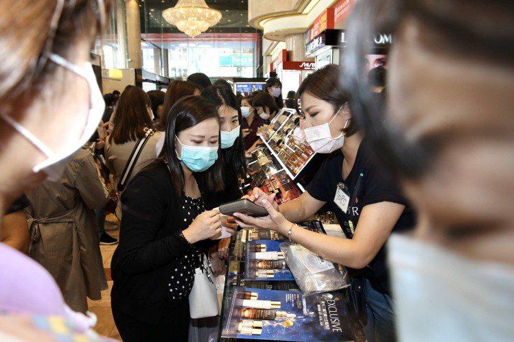 新光三越公布2020周年慶首波TOP 15熱銷排行榜。記者林俊良/攝影