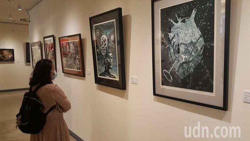 國立高中美術班第22屆畢業班美展「無重力」今天登場,展出學生多元的美術創作。記者胡蓬生/攝影