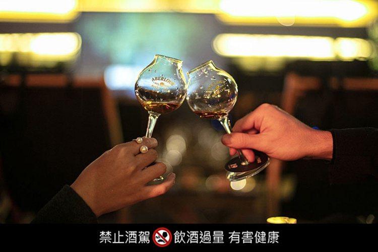 一邊品飲威士忌、一邊欣賞經典電影,再浪漫不過。圖/亞伯樂提供。提醒您:禁止酒駕 ...