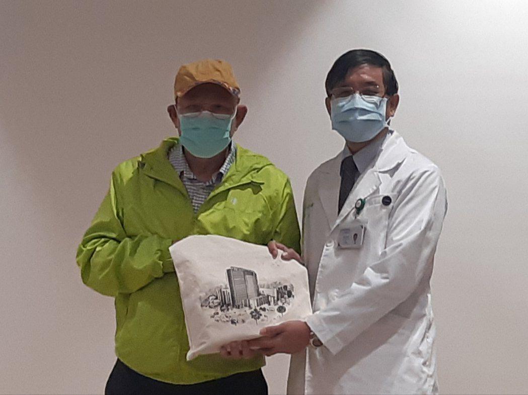 台大癌醫院長楊志新(右)送曾先生禮物,慶祝他的重生。記者邱宜君/攝影