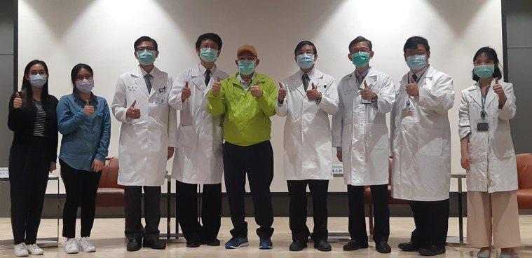 台大癌醫慶祝跨國骨髓移植首例曾先生(綠衣)重獲健康。左二為曾先生的女兒,左三起依...