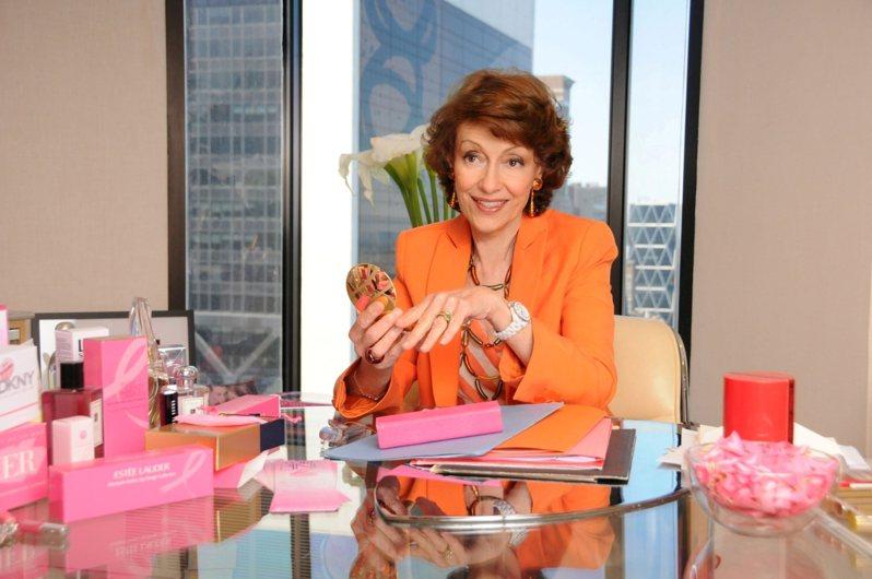 Evelyn H. Lauder女士發起推動粉紅絲帶,終結乳癌活動。圖/雅詩蘭黛提供