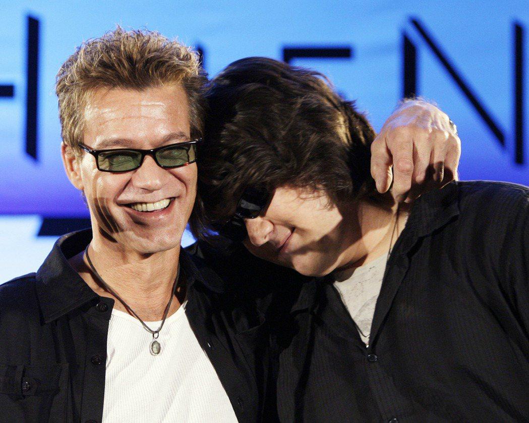艾迪范海倫(左)與兒子沃夫崗有親密的感情。圖/美聯社資料照片