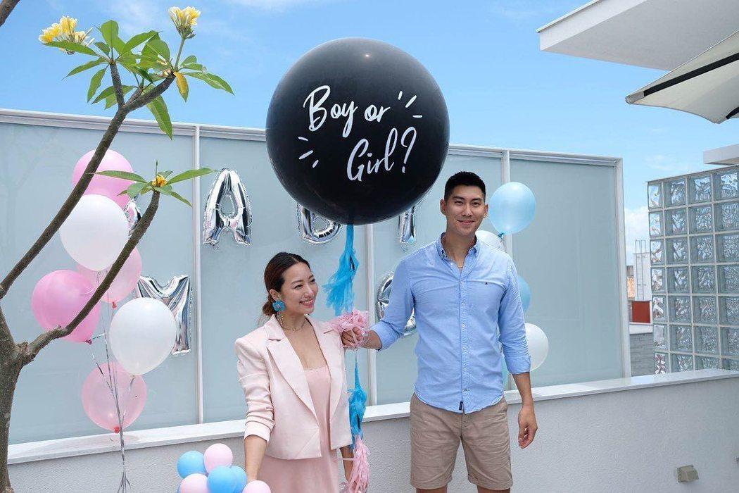 毛加恩(右)與Tiffany喜迎兒子。圖/摘自臉書