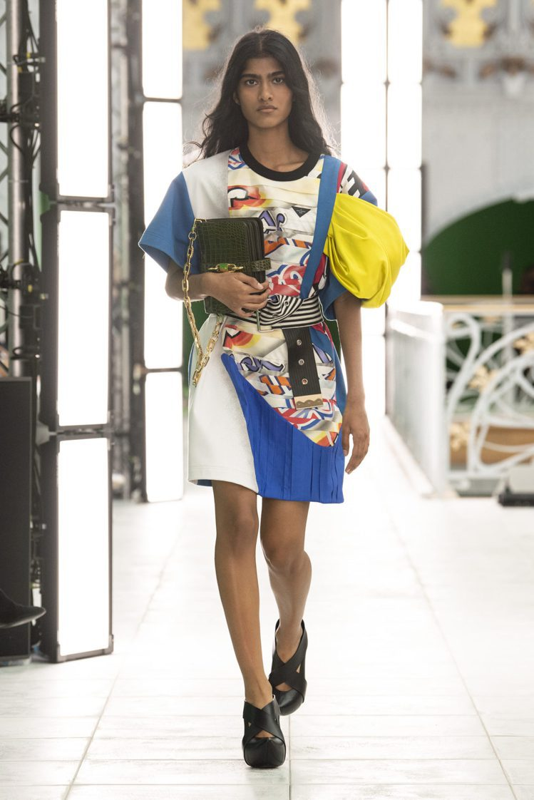 Nicolas Ghesquière回溯2019春夏裙裝,以剪裁、色彩煥發更多可...